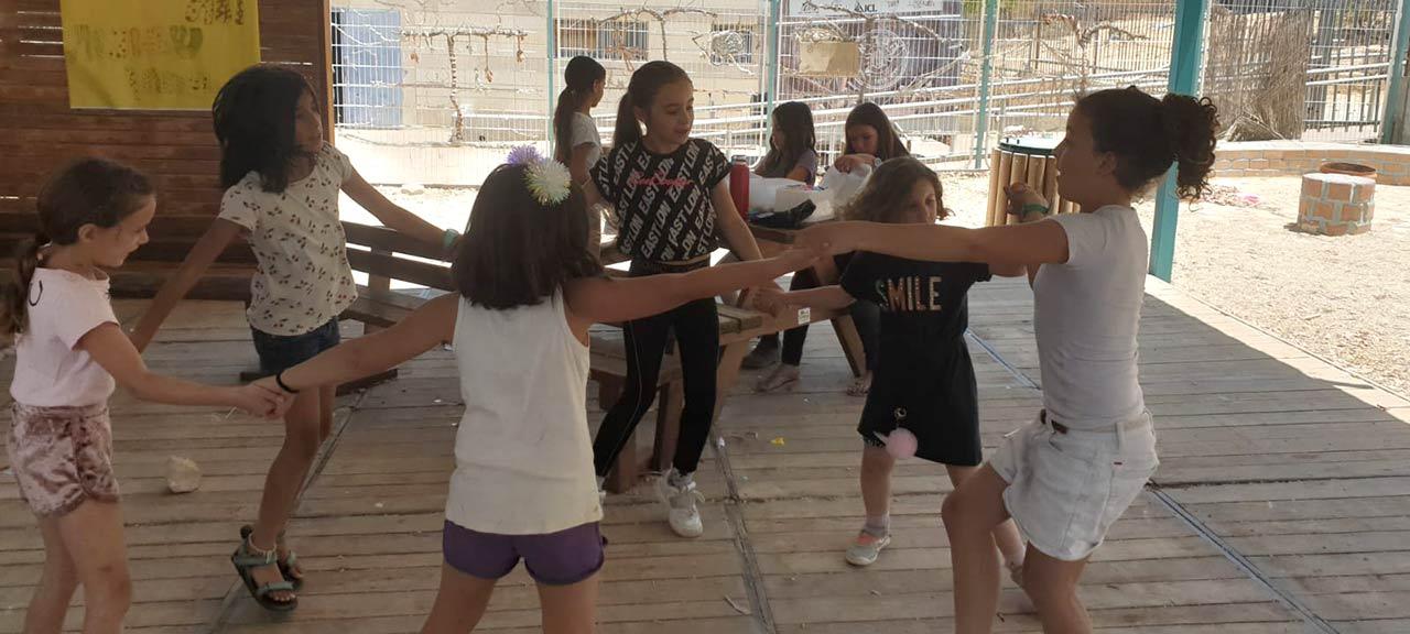 ילדים משחקים בחצר בית הספר