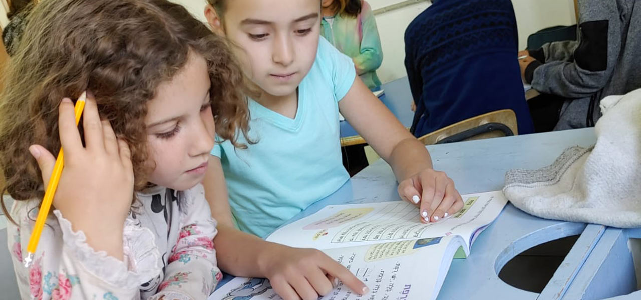 תלמידות לומדות בבית ספר