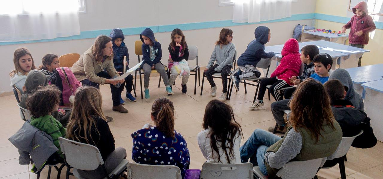 ילדים יושבים במעגל בכיתה