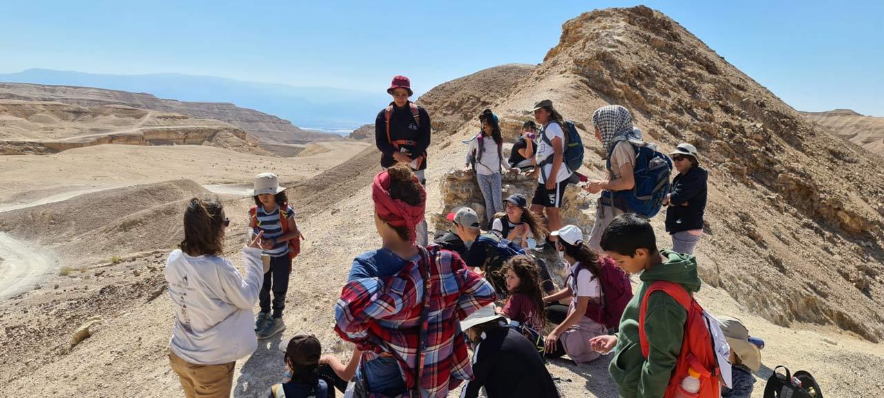 קבוצת ילדים על הר במדבר